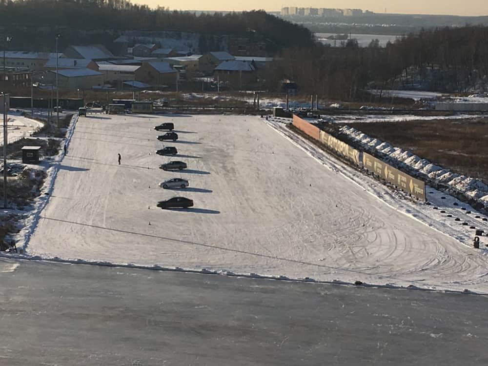Автодром ледяная площадка с машинами