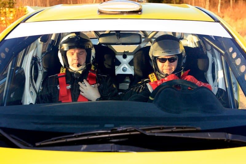 Пилот и штурман ралли в машине спереди