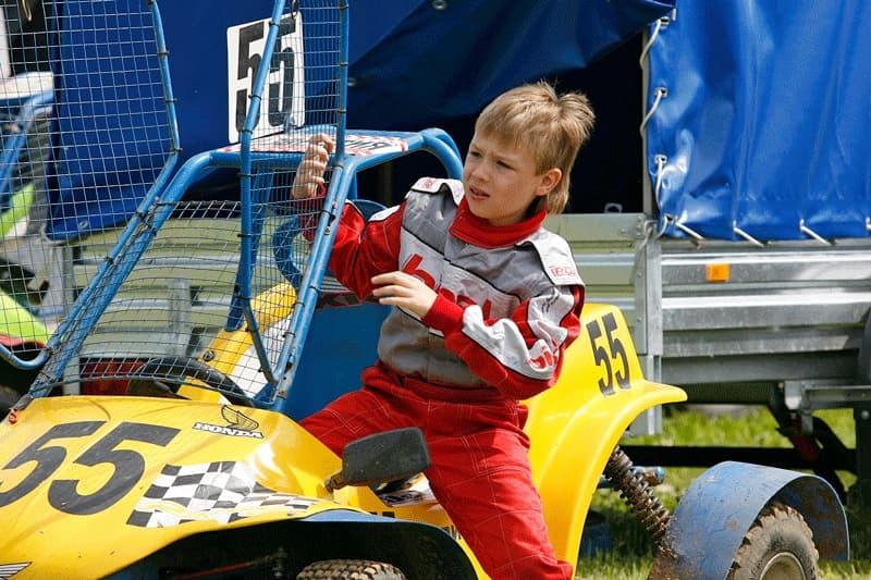 мальчик пилот желтой багги