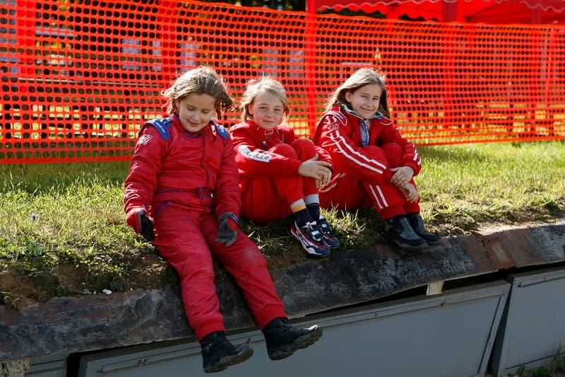 Три девочки-гонщицы