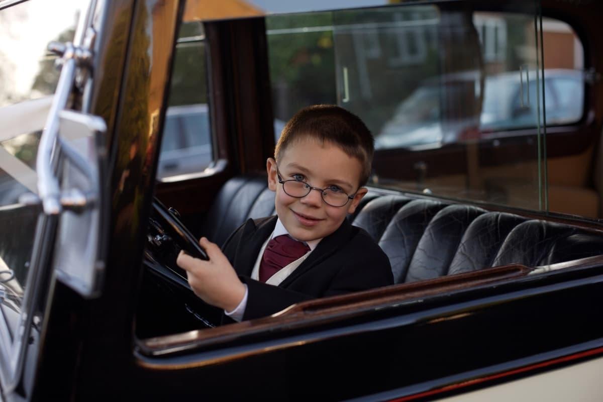 мальчик в костюме за рулем