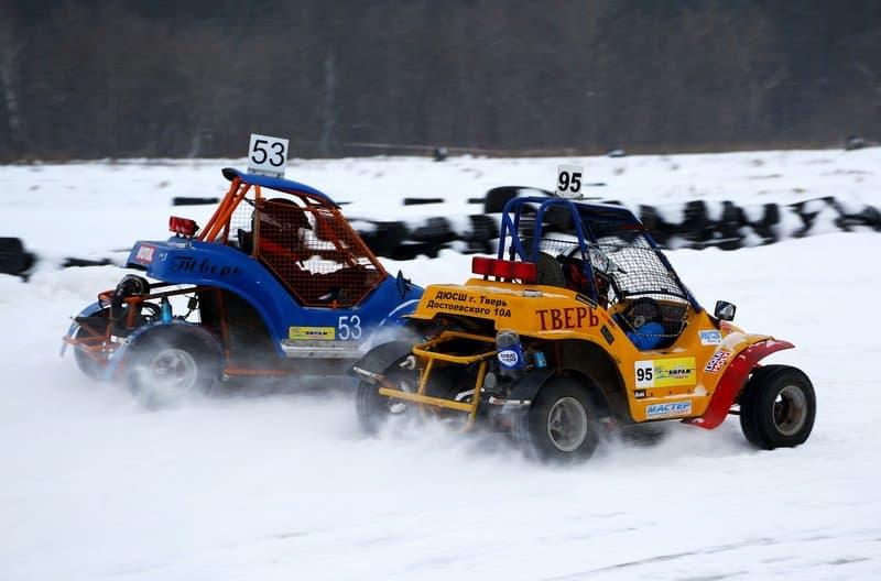 багги в снегу на трассе