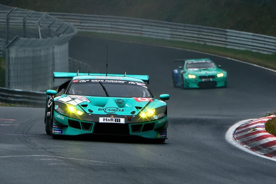 зеленые автомобили на гонках