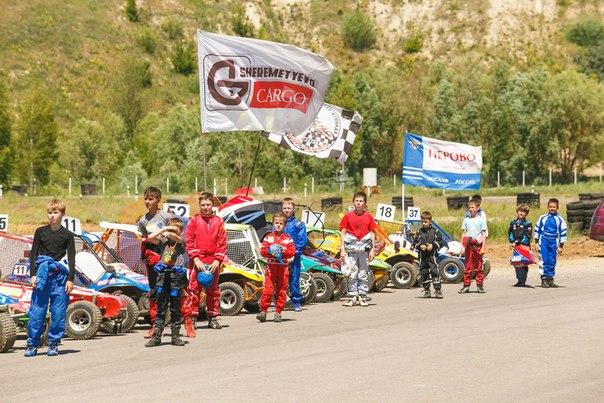 гонщики перед соревнованием по автокроссу в воронеже