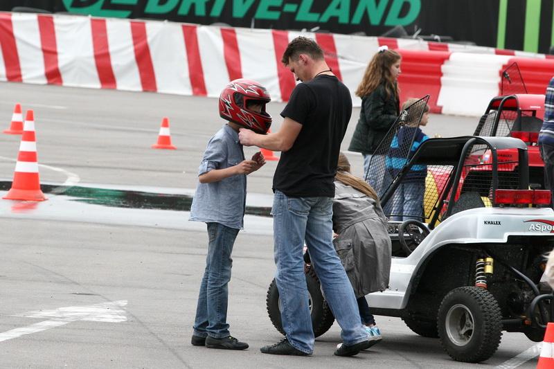 мальчик надевает шлем для багги